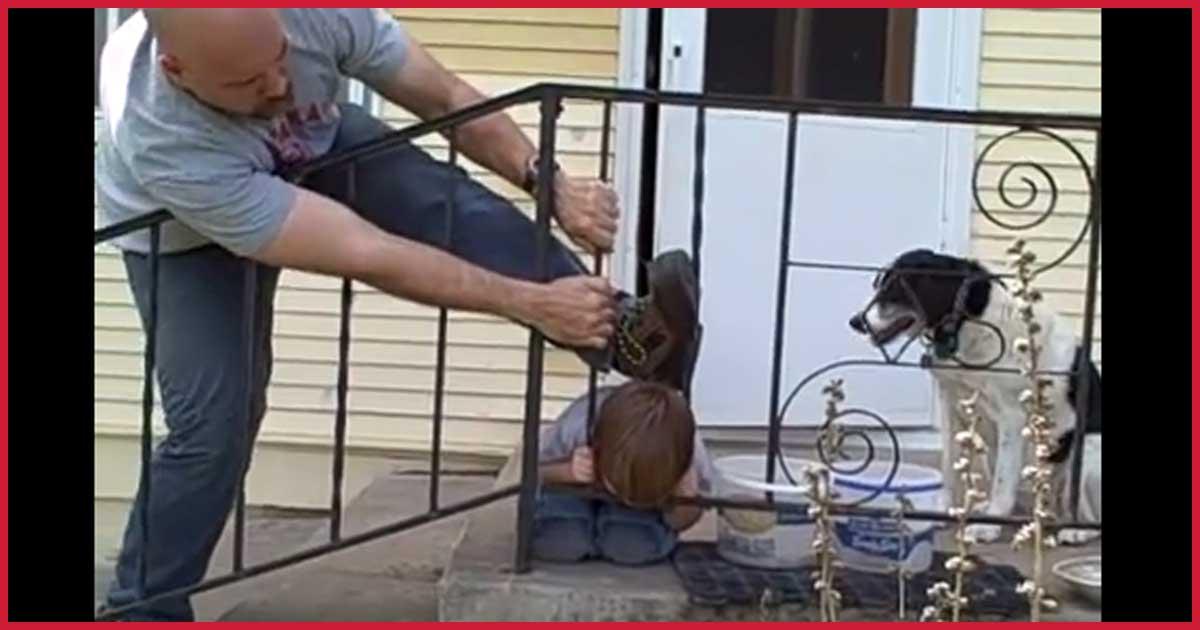 Vater geschockt! Junge steckt mit Kopf in Geländer fest