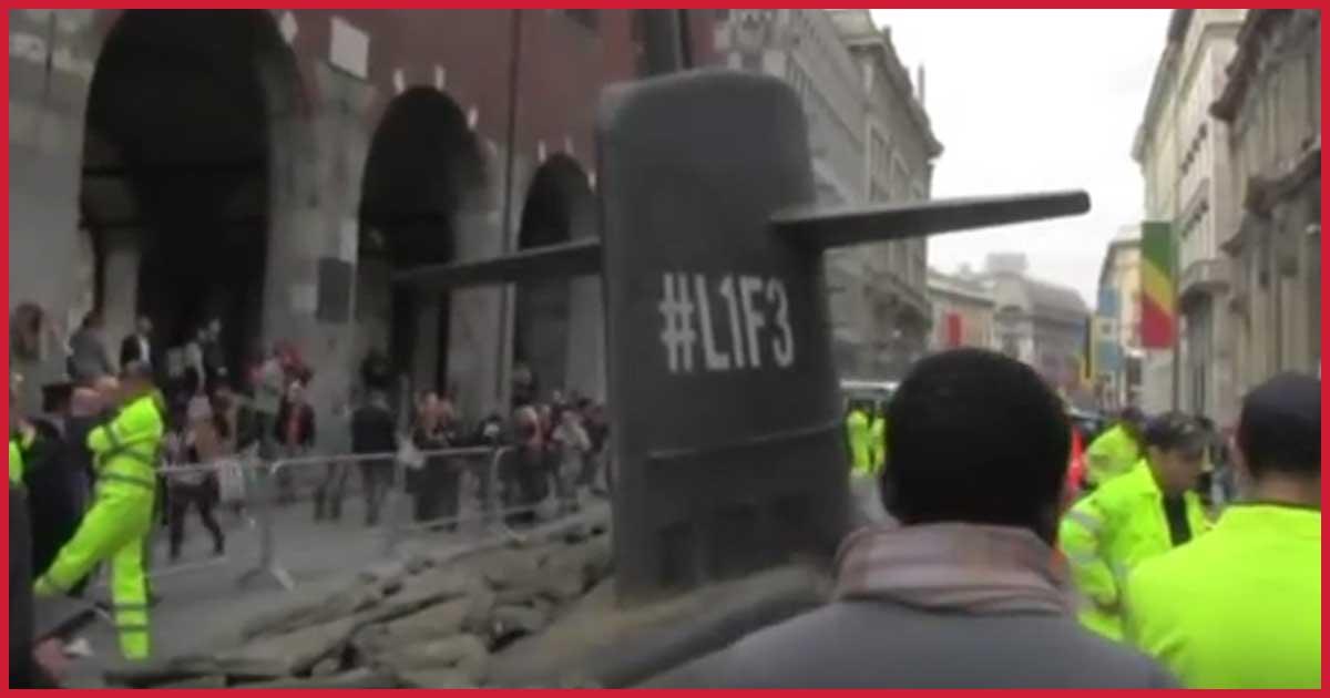 U-Boot Kapitän verfährt sich und bricht durch Mailänder Fußgängerzone.
