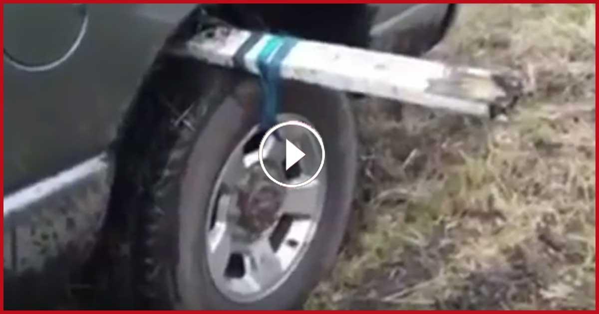 Mittels einer cleveren Idee schafft der Wagen es aus dem Dreck!