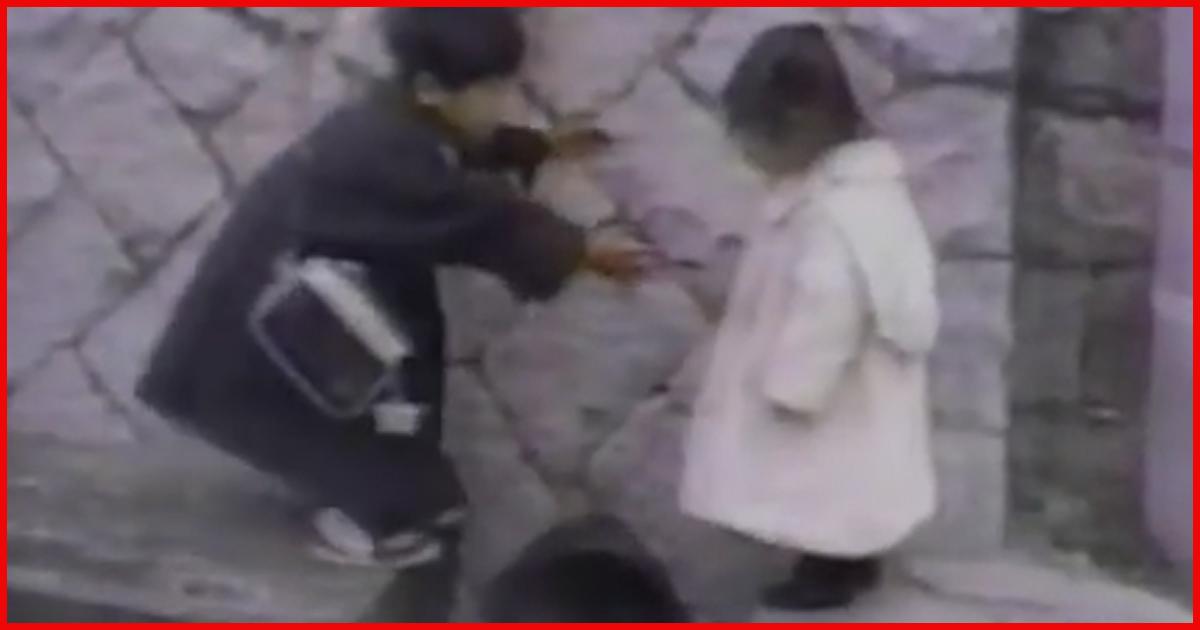 Held! Dieser kleine Junge hilft seiner kleinen Schwester!