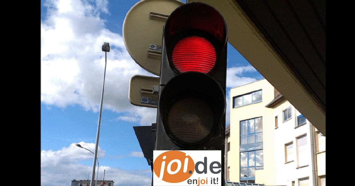 Ich stand vor der roten Ampel und als sie umschaltete sah ich DAS.