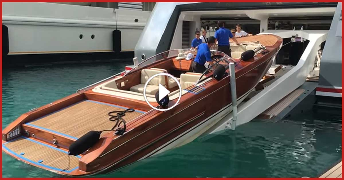 Superyacht schluckt Motorboot.