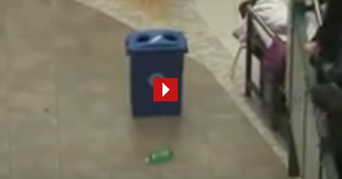 Im Einkaufzentrum hob sie eine Plastikflasche auf und pötzlich war sie umringt von Leuten.