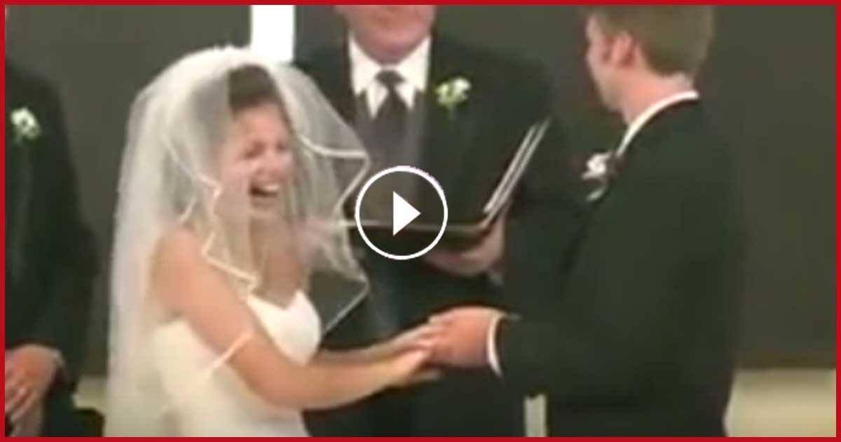 Braut lacht sich bei Hochzeit schlapp.