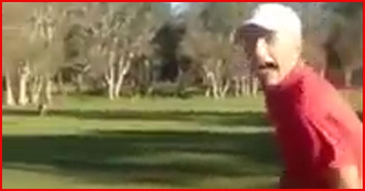 Panisch flüchten zwei Golfer vor einem Känguru