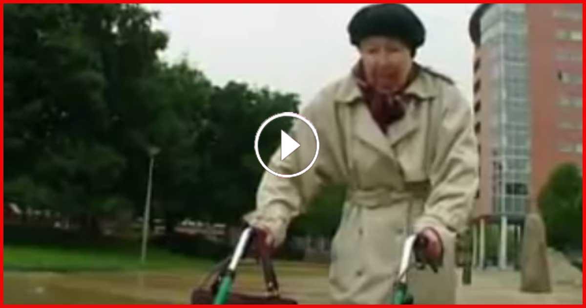 2 Typen auf einem Roller belästigen eine Oma und klauen Ihr die Handtasche. Was in Minute 1:01passiert, haut DICH um!