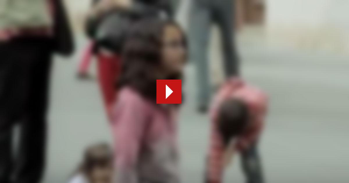 Ein kleines Mädchen gibt einem Straßenmusikanten etwas Kleingeld. Und dann passiert das Unglaubliche. Sieh´ selbst.