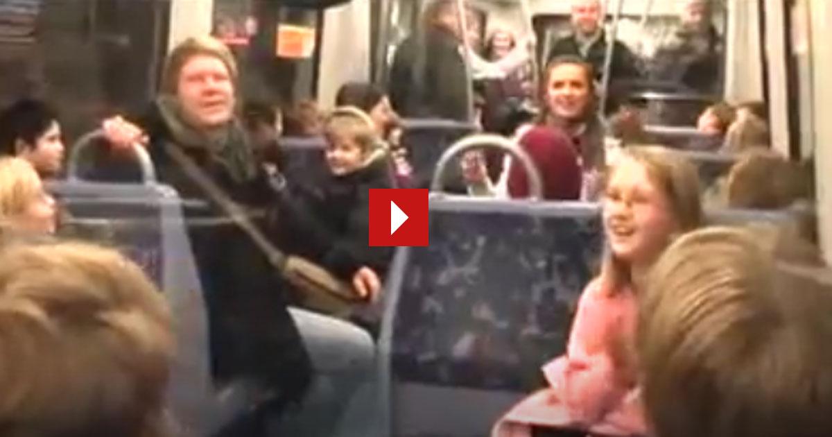 Was passiert wenn ein Mädchen in der U-Bahn anfängt zu singen?