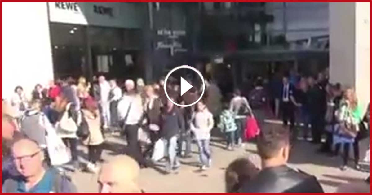 Diese ZWEI legten los und pötzlich stand ich mitten in einem Flashmob. Sieh selbst!