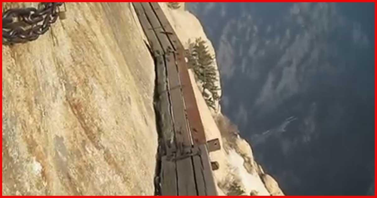 Hier sollte man keine Höhenangst haben! Bergsteiger filmt riskanten Aufstieg!