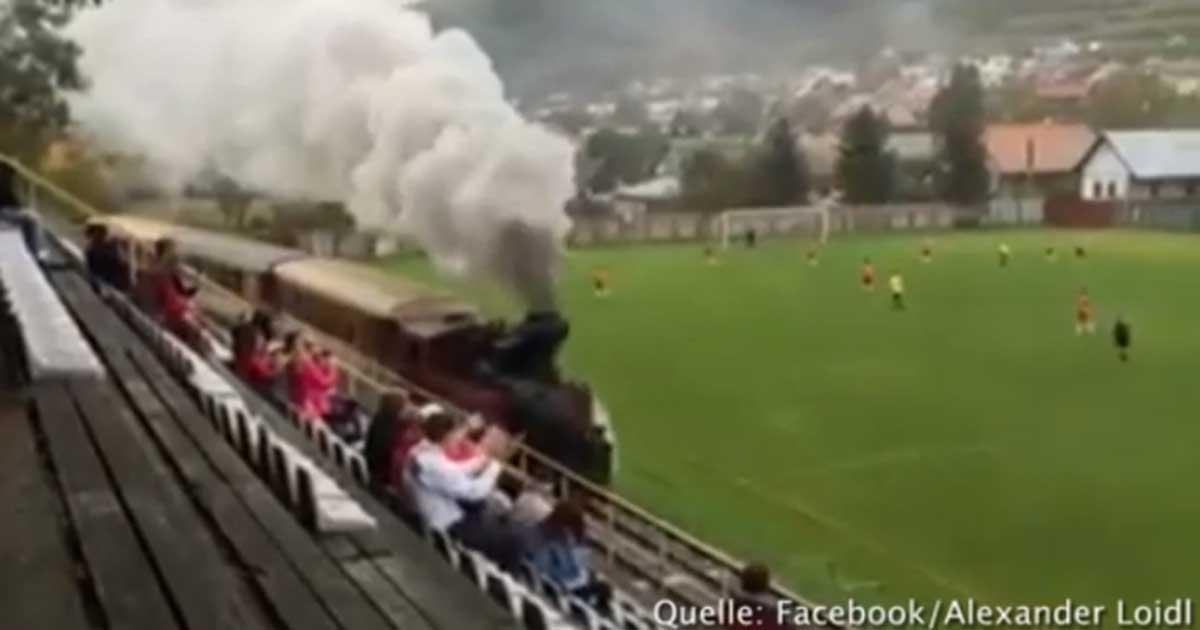 Zug fährt über Fußballplatz!