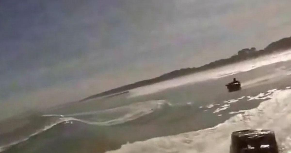 Er fuhr in die Welle und es ging richtig ab. Was für ein Spaß.