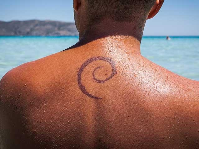 Schlicht und einfach eine kleine Spirale als Tattoo auf dem Rücken