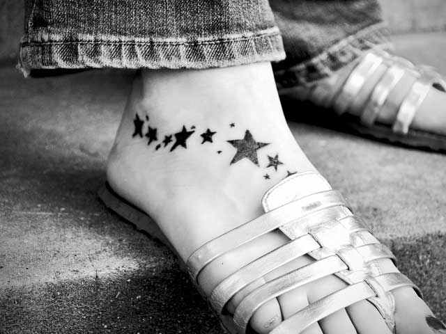 Tattoo-Sterne als Dekoration auf dem Fuß